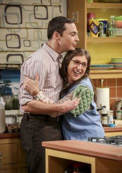 The Big Bang Theory - Amy (Mayim Bialik, r.) ist entzückt als Sheldon (Jim Pa...
