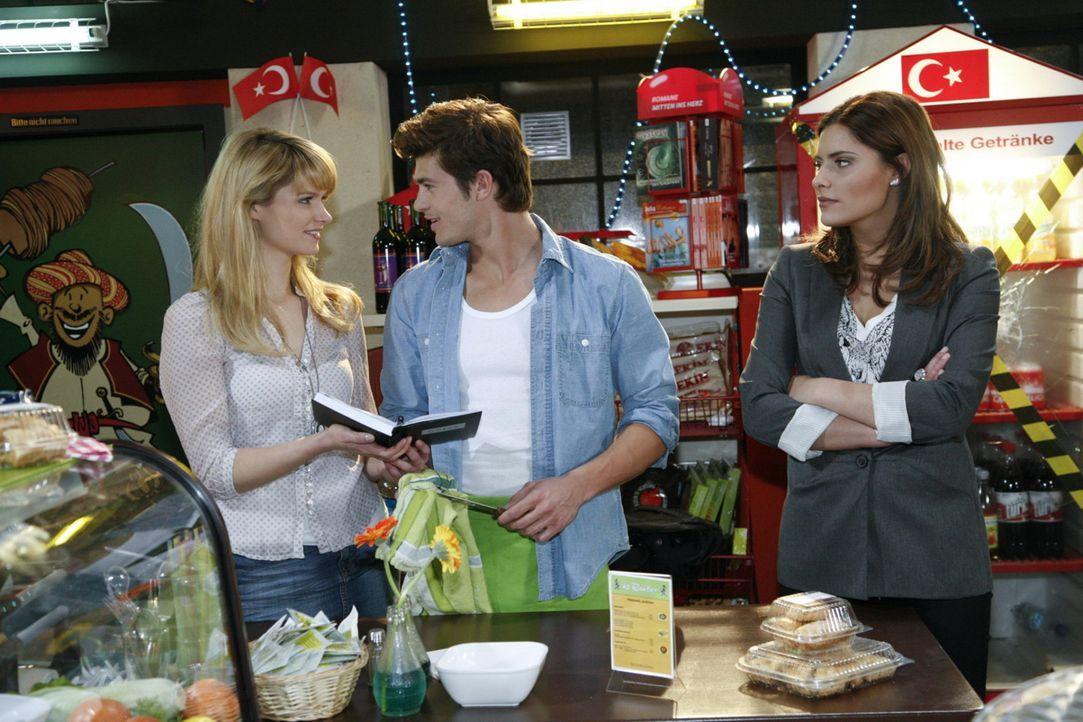 Jessica (Isabell Ege, l.) hilft Chris (Sophia Thomalla, r.) bei ihrem Lounge-Projekt - und sieht sich ein ums andere Mal mit Moritz (Eugen Bauder, M... - Bildquelle: SAT.1