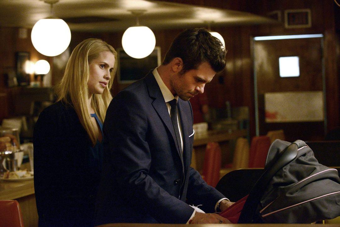 Als Rebekah (Claire Holt, l.) bemerkt, dass etwas mit Elijah (Daniel Gillies, r.) nicht stimmt, muss sie eine Entscheidung treffen ... - Bildquelle: Warner Bros. Television