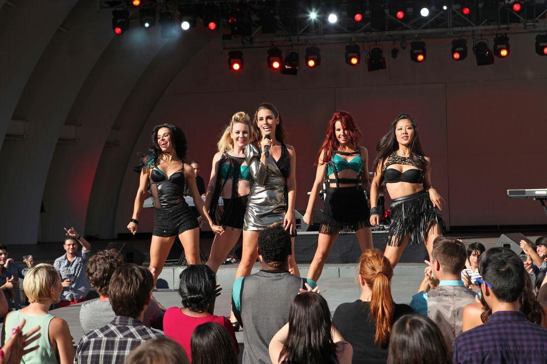 Adrianna (Jessica Lowndes, M.) wird als Opening Act fü Ne-Yo gebucht ... - Bildquelle: 2012 The CW Network. All Rights Reserved.