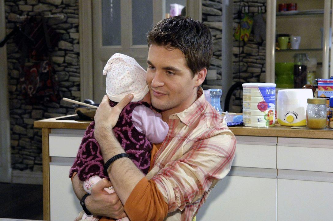 In einem unbeobachteten Moment nähert sich Lars (Alexander Klaws) seiner kleinen Tochter ... - Bildquelle: Claudius Pflug Sat.1
