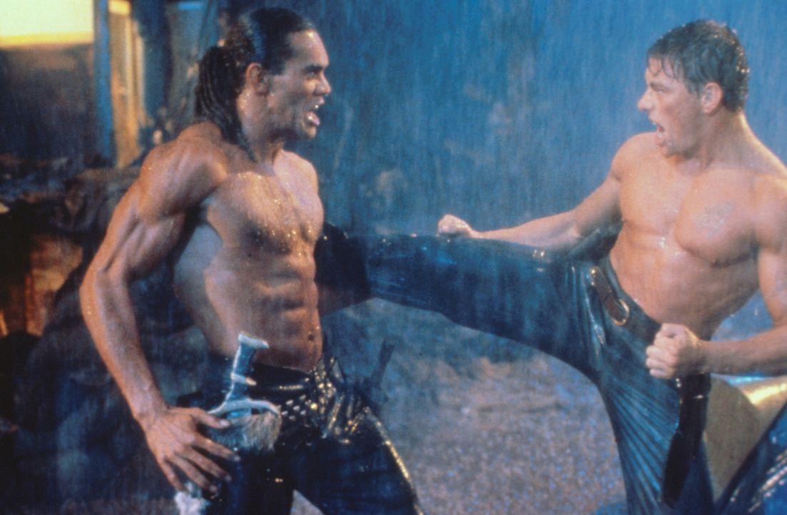 Zwischen Gibson (Jean-Claud Van Damme, r.) und Fender (Vincent Klyn, l.) entbrennt ein Zweikampf auf Leben und Tod ...
