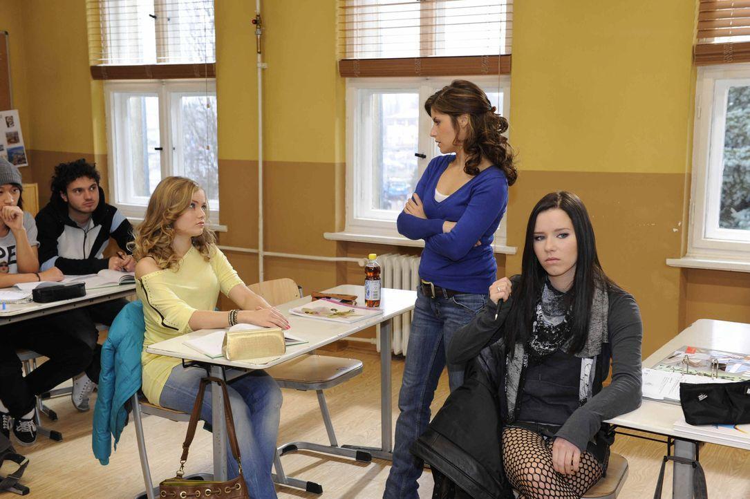 Caro (Sonja Bertram, l.) weiß, wie sie Bea (Vanessa Jung, M.) provozieren kann ... - Bildquelle: SAT.1
