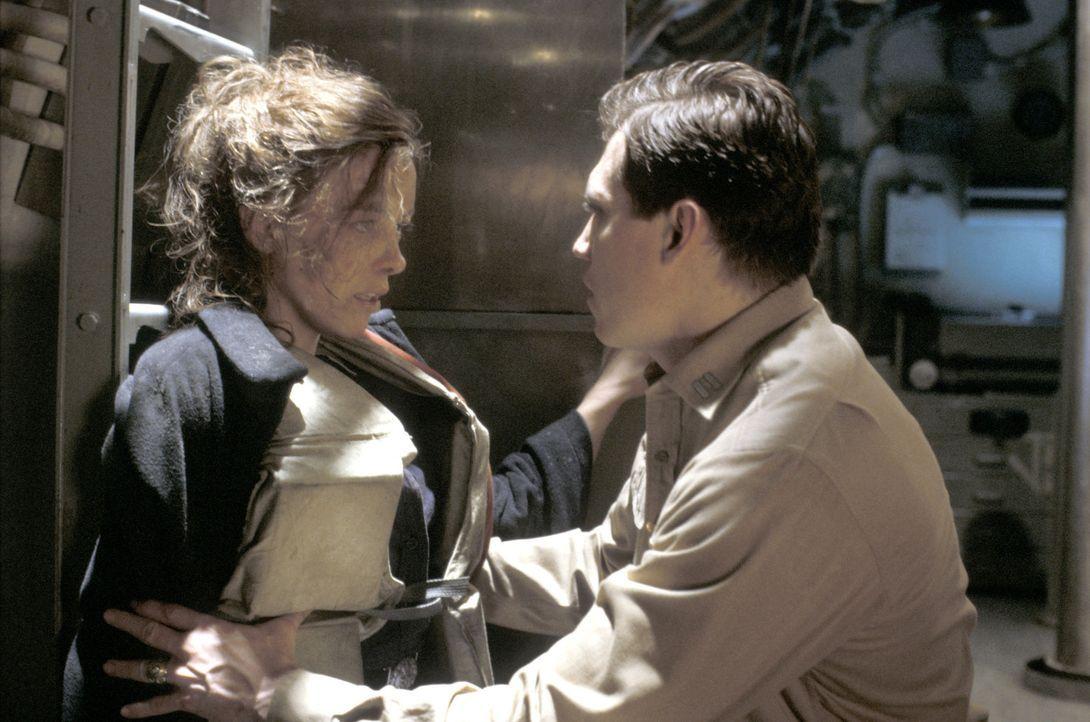 Lt. Loomis (Holt McCallany, r.) ist sich sicher, dass die Schiffbrüchige Ärztin Claire (Olivia Williams, r.) etwas mit den seltsamen Vorfällen an... - Bildquelle: Dimension Films