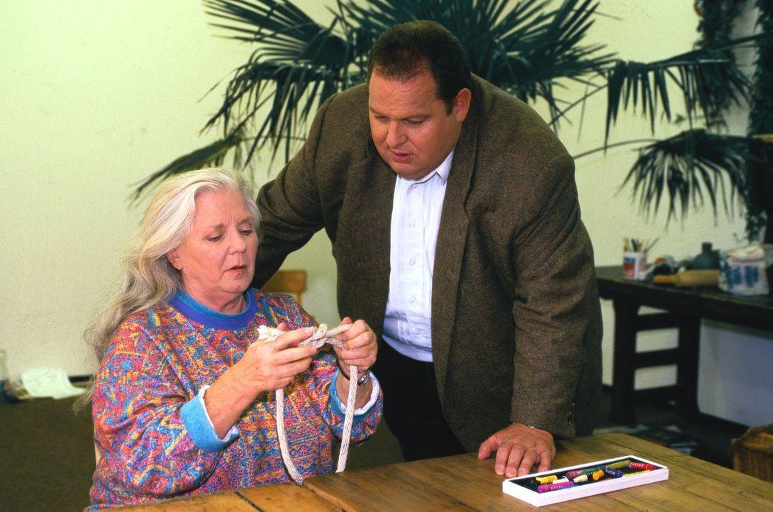 """Bennos Mutter Resi (Ruth Drexel, l.) hat sich als """"Schein-Irre"""" in die Klinik einweisen lassen, in der auch Professor Roth behandelt wird. Benno (Ot... - Bildquelle: Magdalena Mate Sat.1"""