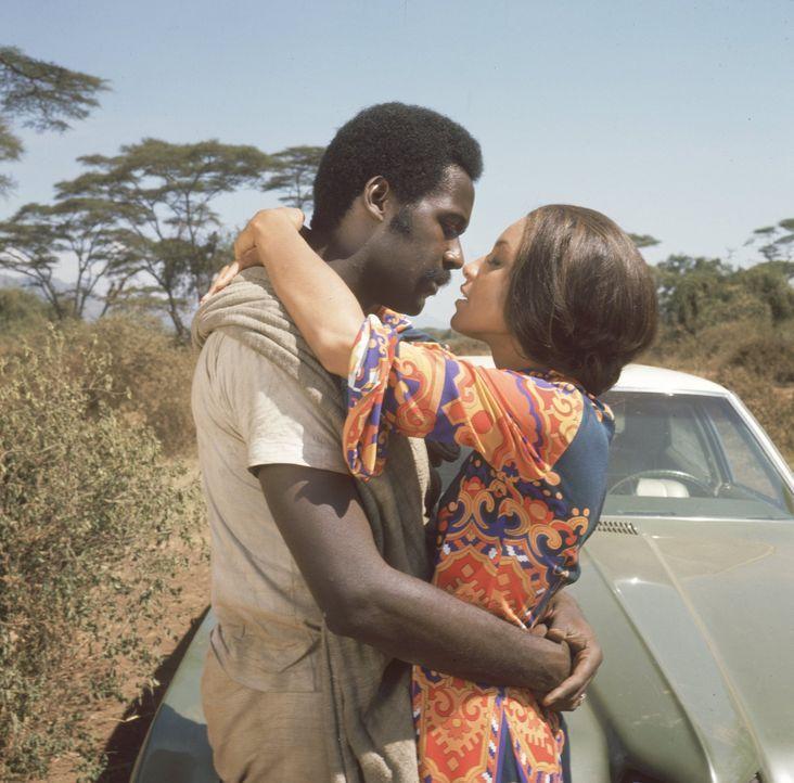Shaft (Richard Roundtree, l.) verliebt er sich in Aleme (Vonetta McGee, r.), die Tochter des Emirs ... - Bildquelle: Warner Bros. Television