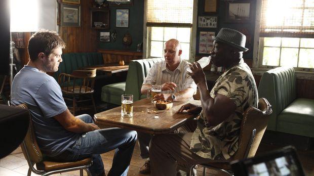 Joe Turnbull (Shane Edelman, M.) erzählt Walter (Geoff Stults, l.) und Leo (M...