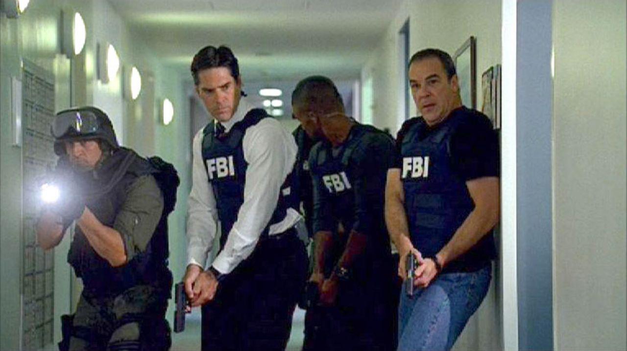 Aaron 'Hotch' Hotchner (Thomas Gibson, 2.v.l.) und Jason Gideon (Mandy Patinkin, r.) sind mit einem Sturmtrupp auf der Spur des Bombenlegers... - Bildquelle: Touchstone Television