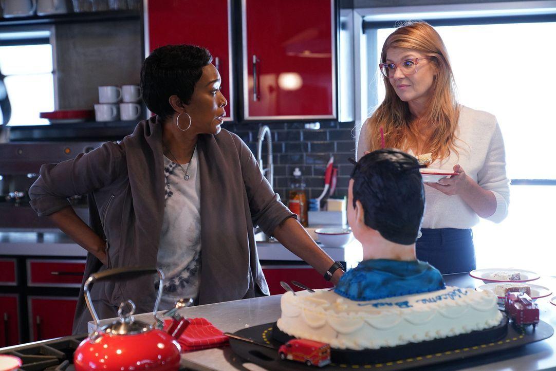 Während Athena (Angela Bassett, l.) einer verzweifelten Frau helfen will, wartet auf Abby (Connie Britton, r.) ihr erstes offiziellen Date mit Buck... - Bildquelle: 2018 Fox and its related entities.  All rights reserved.