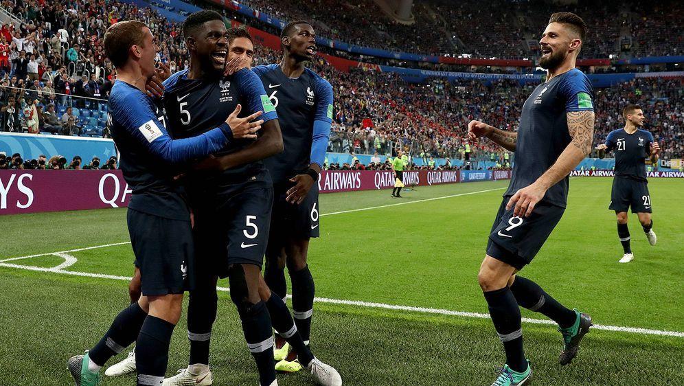 Frankreich feiert das entscheidende Tor von Samuel Umtiti - Bildquelle: imago