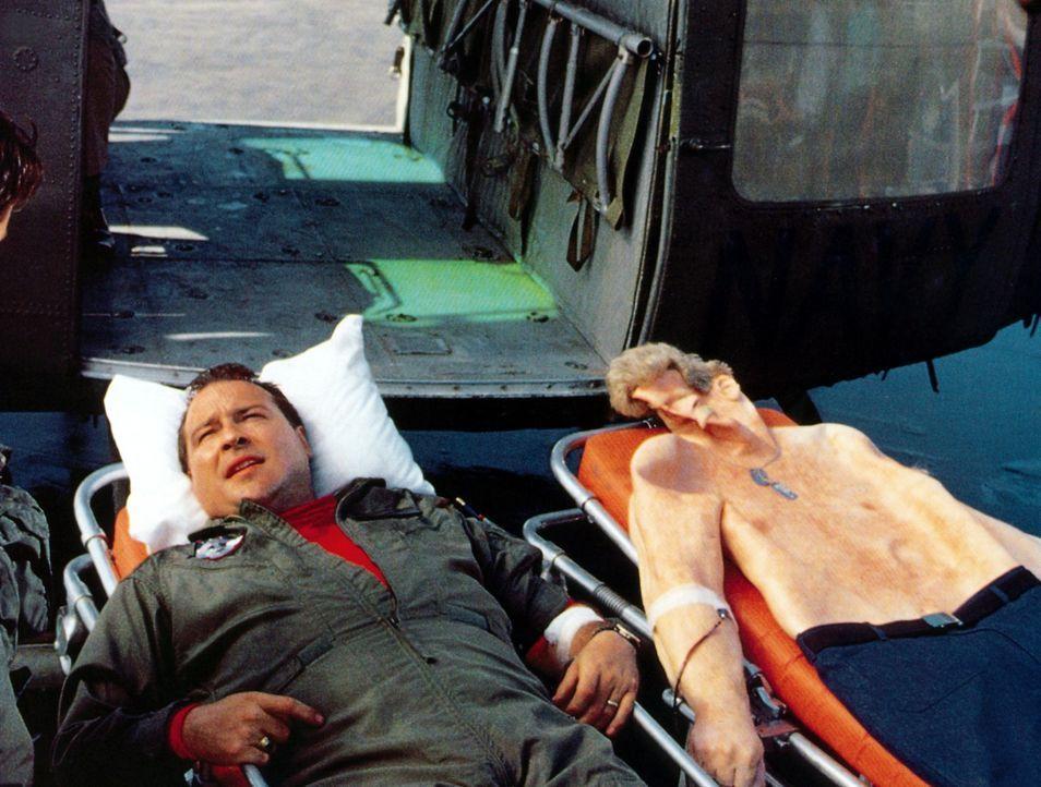 Nach einem anstrengenden Einsatz bringt Lt. Commander Blocks (Kevin Dunn, l.) seinen Kameraden ein wenig abgeschlafft zur Einheit zurück... - Bildquelle: The 20th Century Fox Film Corporation