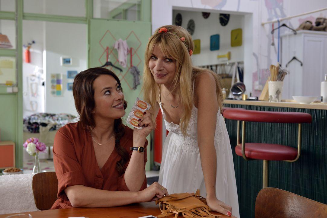 Kann Sally (Laura Osswald, l.) Mila (Susan Sideropoulos, r.) überreden, ihr Casual-Sex Date mit Ralph nicht abzublasen? - Bildquelle: Andre Kowalski SAT.1