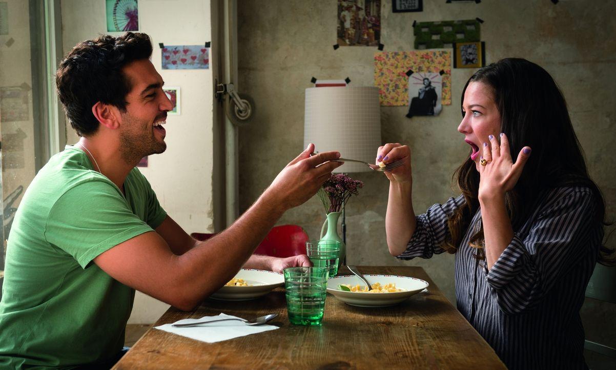 Während sich Joseph (Elyas M'Barek, l.) bereits über beide Ohren in seine Traumfrau Leni (Hannah Herzsprung, r.) verliebt hat, sucht diese immer noc... - Bildquelle: Stephan Rabold