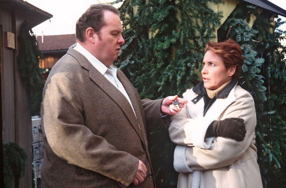 Benno (Ottfried Fischer, l.) und Sabrina (Katerina Jacob, r.) laufen über den Weihnachtsmarkt. Benno hat Thea entdeckt, möchte aber nicht, dass Sabr... - Bildquelle: Magdalena Mate Sat.1