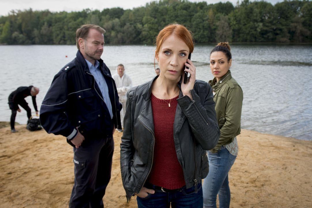 Als ein Fuß in der Ruhr gefunden wird, nehmen Elena (Annika Ernst, M.) und Kirsten (Haley Louise Jones) die Ermittlungen auf. Die DNA-Spuren des Fun... - Bildquelle: Martin Rottenkolber SAT.1/ Martin Rottenkolber
