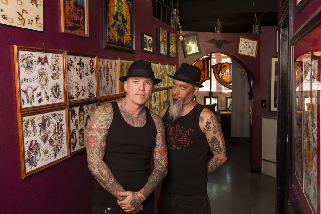 Dirk Vermin (l.) und sein Kumpel Rob Ruckus (r.) besuchen in Vegas eine Zaubershow, die für Dirk anders verläuft, als erwartet ... - Bildquelle: Richard Knapp 2014 A+E Networks, LLC