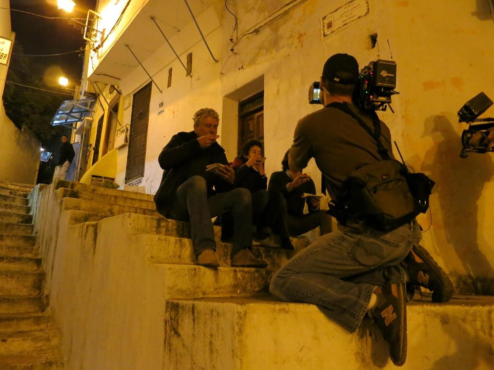 Auf seiner kulinarischen Reise entdeckt Anthony Bourdain (l.) das marokkanische Tangier ... - Bildquelle: 2013 Cable News Network, Inc. A TimeWarner Company. All rights reserved.