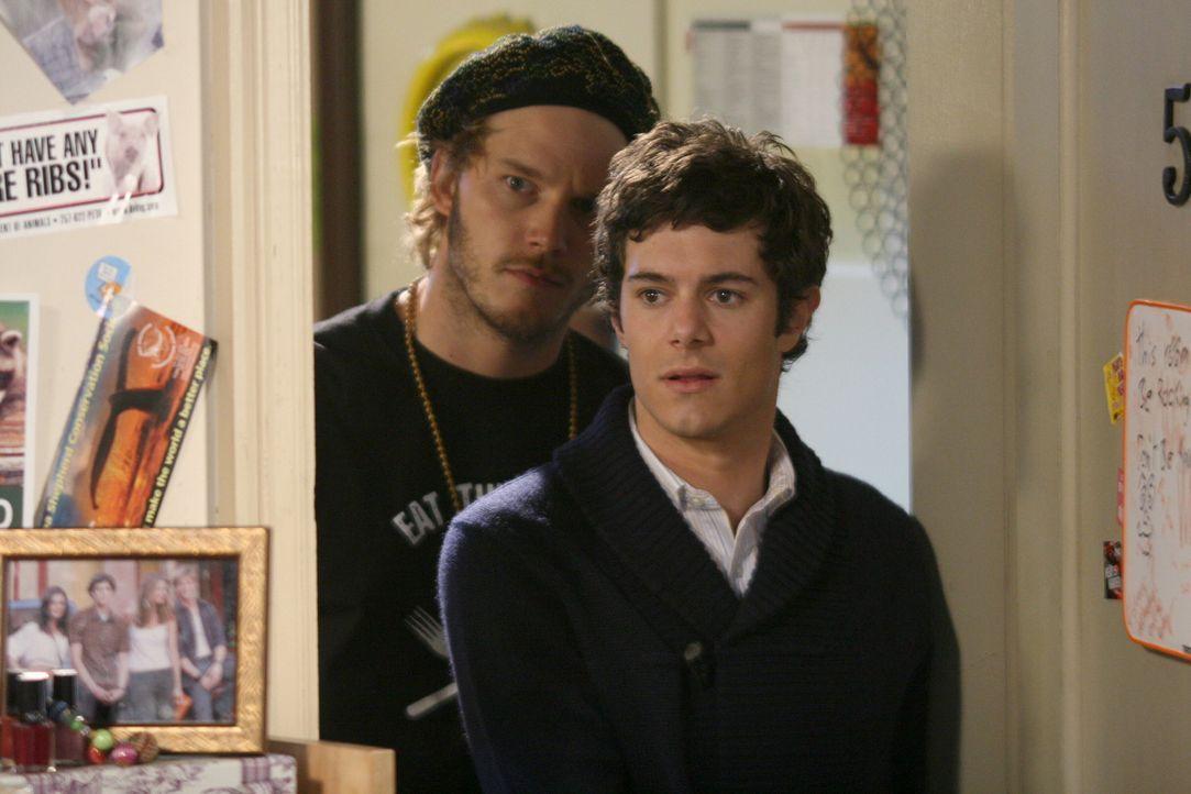Che (Chris Pratt, l.) führt Seth (Adam Brody, r.) zu Summer, der gekommen ist um seine Beziehung mit ihr zu retten ... - Bildquelle: Warner Bros. Television