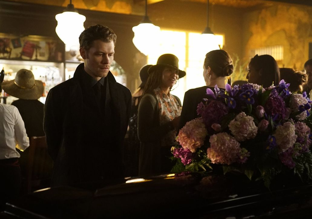 Die Trauer um Cami wiegt schwer, doch Klaus (Joseph Morgan, l.) erkennt, dass er Marcel nicht zum Feind haben sollte ... - Bildquelle: Warner Bros. Entertainment, Inc.