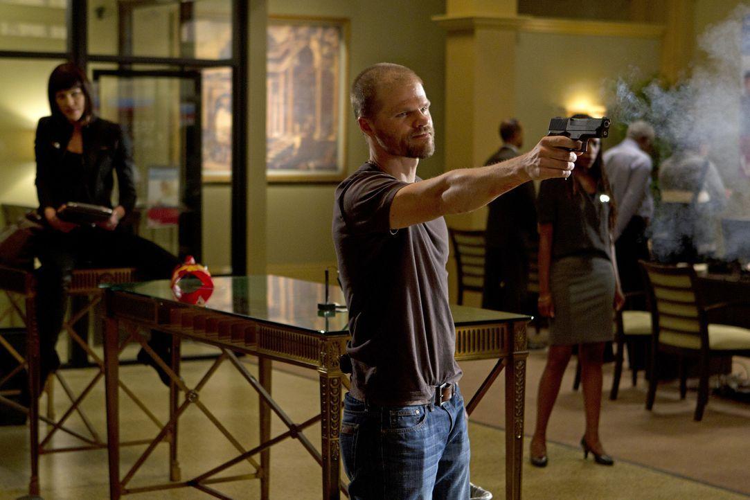 Um an Geld zu kommen, schrecken Chris (Evan Jones, M.) und Izzy (Tricia Helfer, l.) vor nichts zurück ... - Bildquelle: ABC Studios