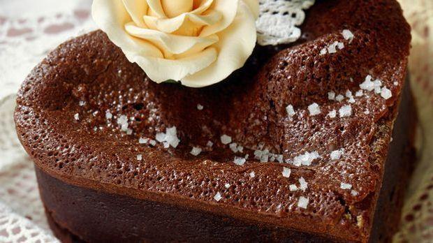 Leckerer Schokoladenkuchen in Herzform