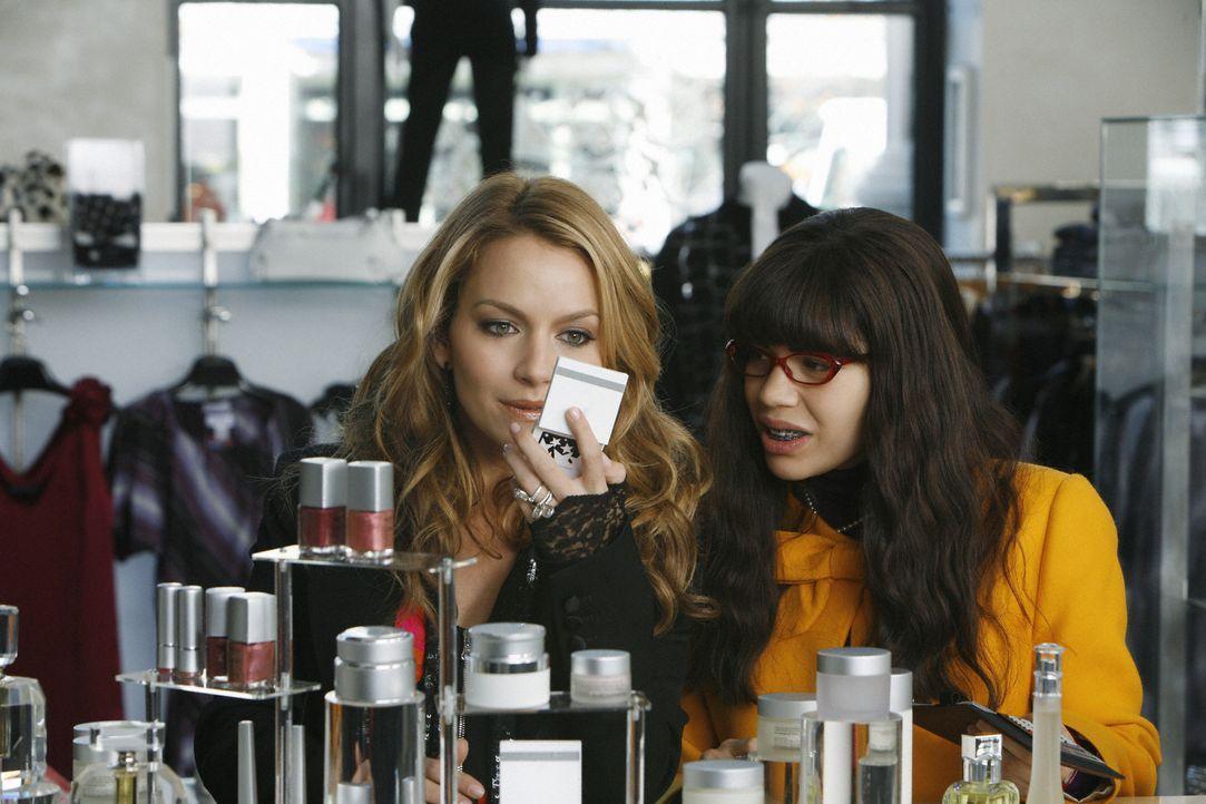 Zwischen Betty (America Ferrera, r.) und Amanda (Becki Newton, l.) läuft es nicht sehr gut, weil Amanda für das Alltägliche nicht viel übrig hat und... - Bildquelle: 2008   ABC Studios