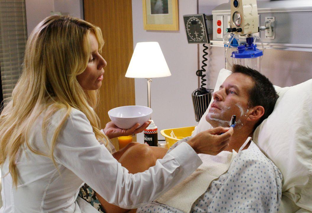Nachdem Edie (Nicolette Sheridan, l.) entdeckt hat, dass Mike (James Denton, r.) aus dem Koma erwacht ist, verbreitet sich die gute Nachricht schnel... - Bildquelle: 2005 Touchstone Television  All Rights Reserved