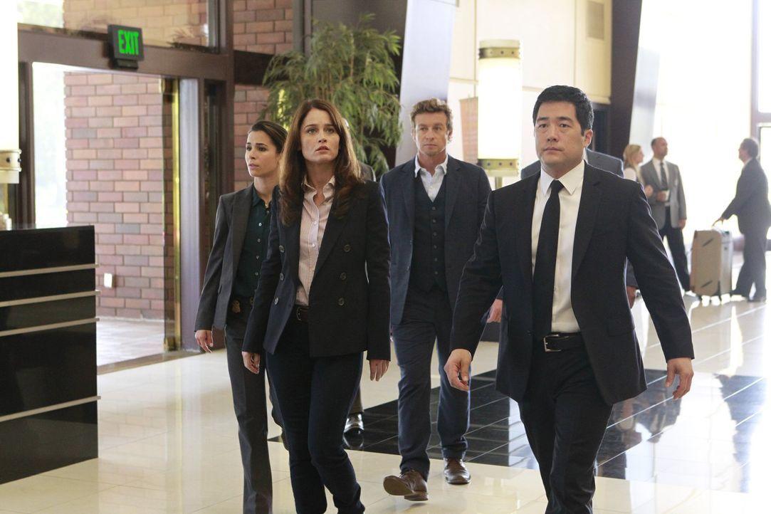 Bei den Ermittlungen in einem neuen Fall, bringen sie sich selbst in große Gefahr: Michelle Vega (Josie Loren, l.), Teresa Lisbon (Robin Tunney, 2.v... - Bildquelle: Warner Bros. Television
