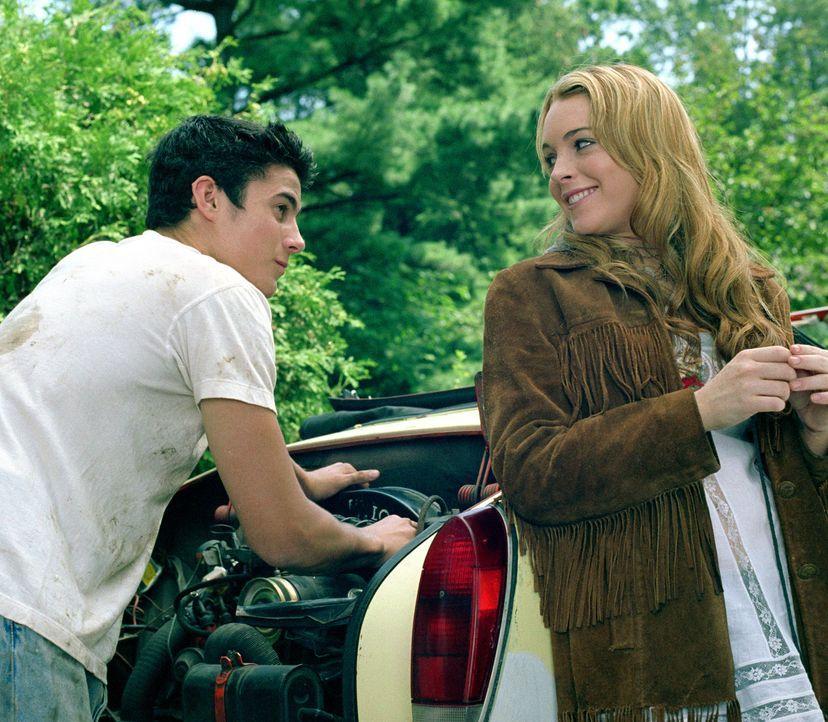 Lola (Lindsay Lohan, r.) muss von der Metropole New York nach New Jersey umziehen. Dort angekommen, lernt sie schnell neue Freunde (Eli Marienthal,... - Bildquelle: MMIV ARGENTUM FILM PRODUKTION GmbH & CO. BETRIEBS KG.  All rights reserved