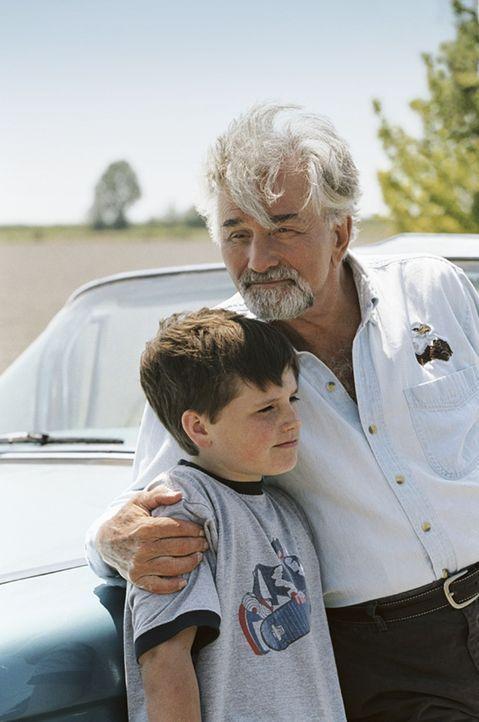 Enkel (Josh Hutcherson, l.) und Großvater (Peter Falk, r.) erleben ein unglaubliches Abenteuer, das ihnen hilft, die eigene Familie näher zusammen... - Bildquelle: CBS International Television