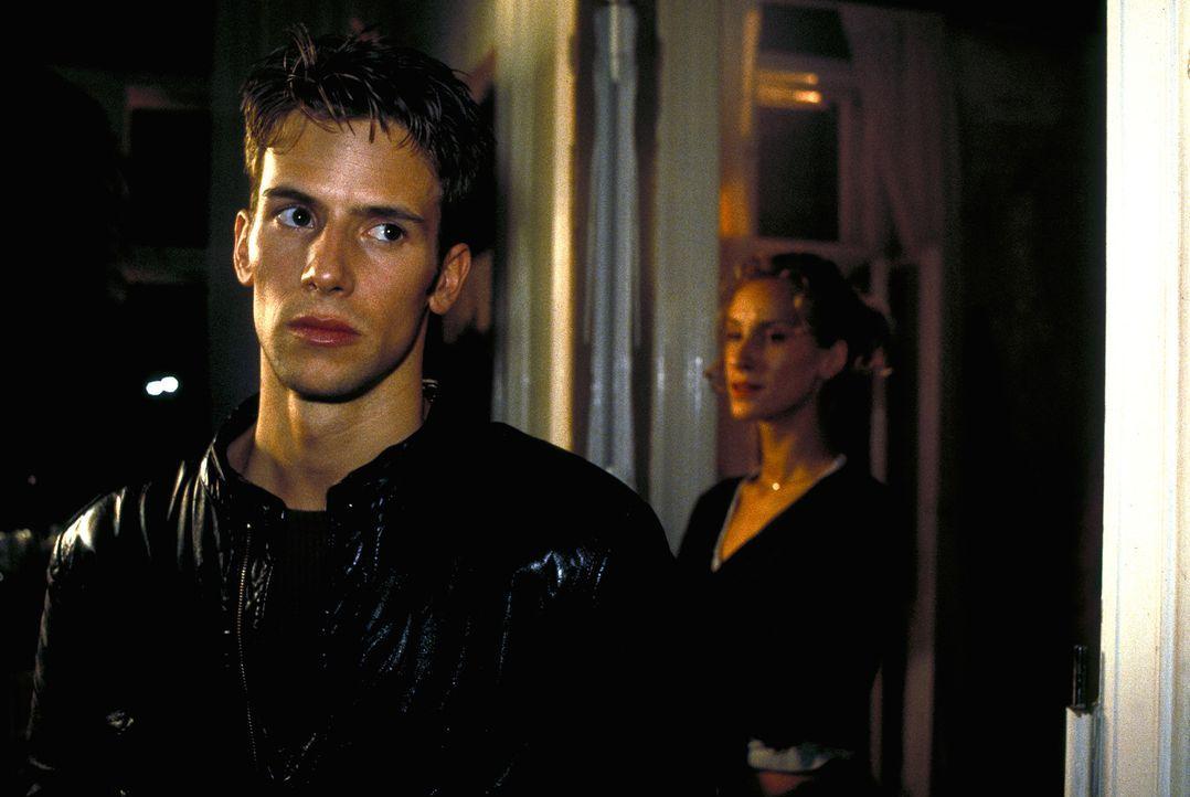 Weil Tanja (Chiara Schoras, r.) einen Job als Go-Go-Girl angenommen hat, zweifelt Dennis (Christian Oliver, l.) an ihrer Liebe. - Bildquelle: Leslie Haslam ProSieben