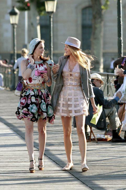 Serena (Blake Lively, r.) und Blair (Leighton Meester, l.) genießen ihren Sommer in Paris. Während Blair sich der Kultur widmet, vergnügt sich Seren... - Bildquelle: Warner Brothers
