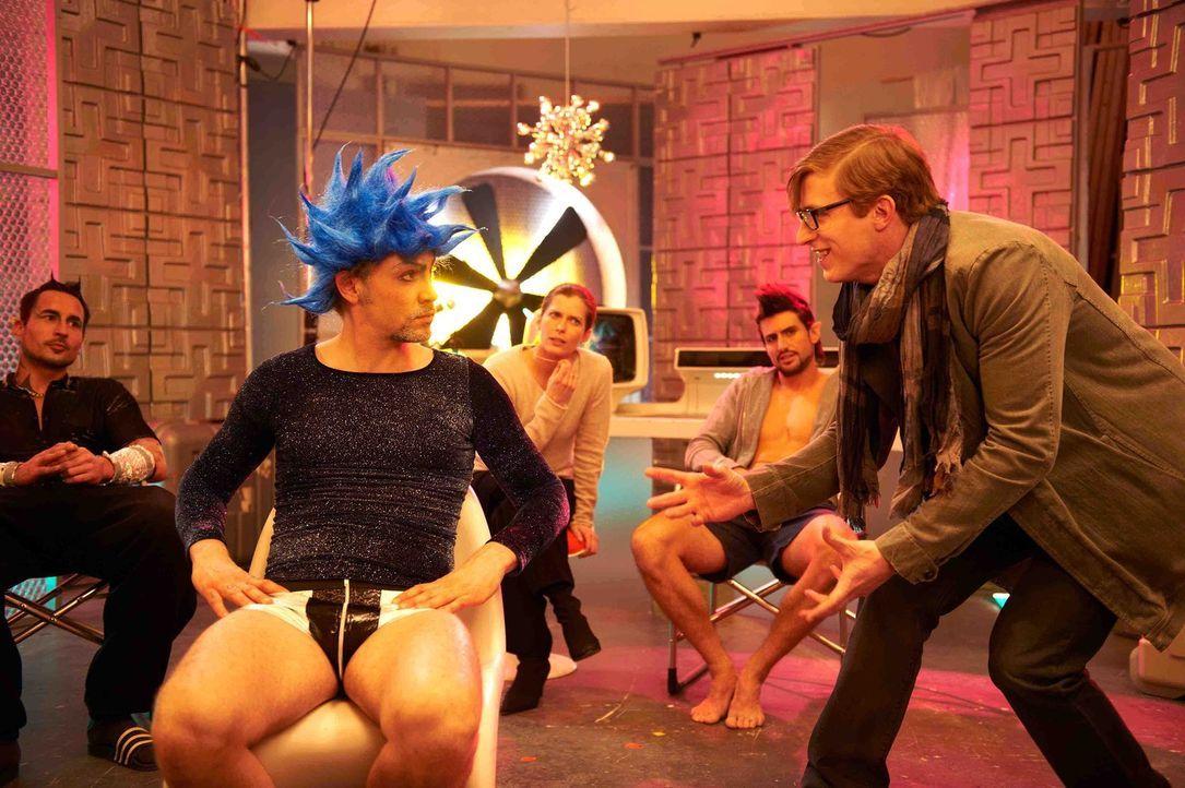 Um die Schauspielkunst der Pornodarsteller etwas zu verbessern, engagiert Marie den jungen Dramaturgen Marek (Golo Euler, r.). Doch seine Arroganz k... - Bildquelle: SAT.1