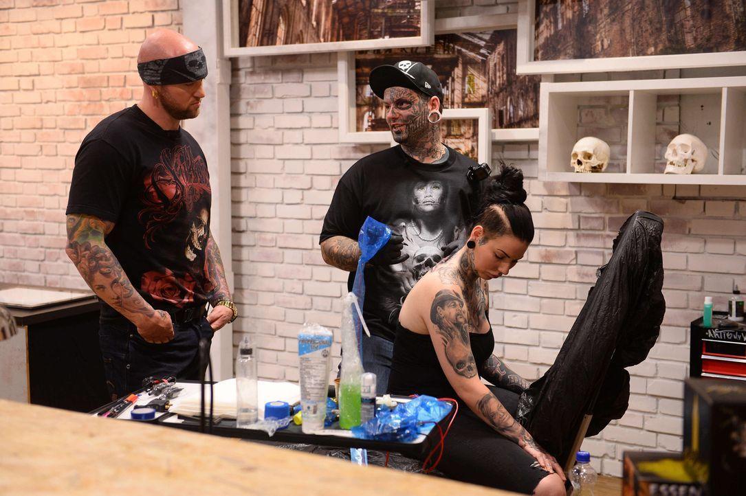Tattoo-Star Randy Engelhard (l.) ist gespannt, wie sich Tätowierer Alex (M.) und sein Model Joana (r.) schlagen werden ... - Bildquelle: Willi Weber sixx