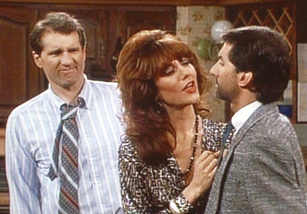 Al (Ed O'Neill, l.) und Peggy (Katey Sagal, M.) inspizieren Steves (David Garrison, r.) Urlaubsbart. - Bildquelle: Sony Pictures Television International. All Rights Reserved.