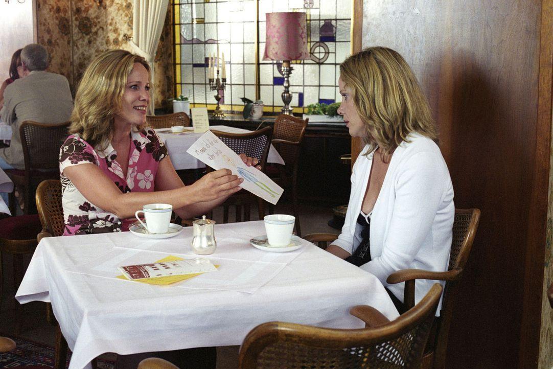 Maria (Ann-Kathrin Kramer, l.) und Katharina (Ann-Kathrin Kramer, r.) haben für vier Wochen die Rollen getauscht. Stolz präsentiert Maria einen Br... - Bildquelle: Sat.1