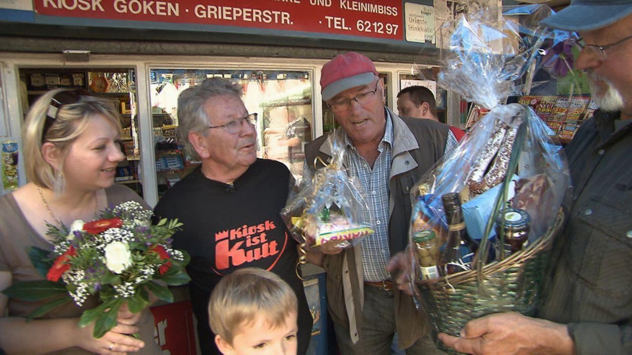 Der Ruhrpöttler Willy (2.v.l.) muss nach fast 50 Jahren seinen Kiosk dichtmachen. Die Kundschaft trauert - und feiert! Denn Willy hat zur Abschiedsp... - Bildquelle: SAT.1
