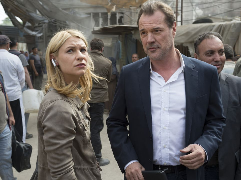 Carrie (Claire Danes, l.) und Otto Düring (Sebastian Koch, r.) besuchen ein Flüchtlingslager. Doch dort entgehen sie nur knapp einem Bombenanschlag... - Bildquelle: Stephan Rabold 2015 Showtime Networks, Inc., a CBS Company. All rights reserved.