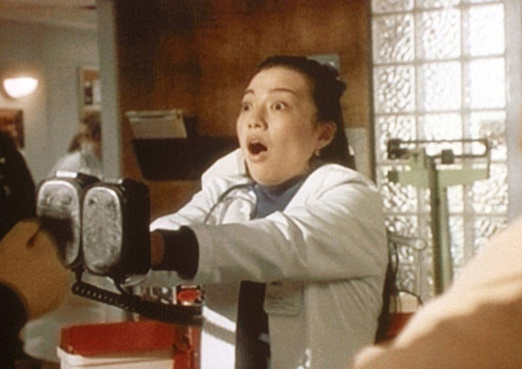 Eine Schwester schlägt aus Versehen Carter mit dem Elektroschockgerät k.o. - Bildquelle: TM+  WARNER BROS.