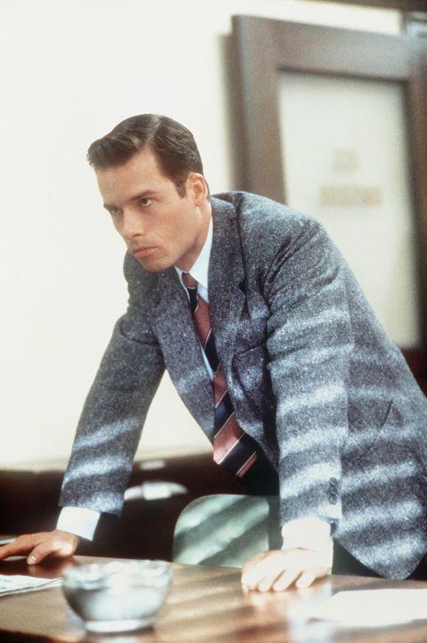 Ed Exley (Guy Pearce) kann sich der Erkenntnis nicht länger verschließen: Die Mord - und Korruptionsaffäre zieht sich bis in höchste Kreise. - Bildquelle: Warner Bros.