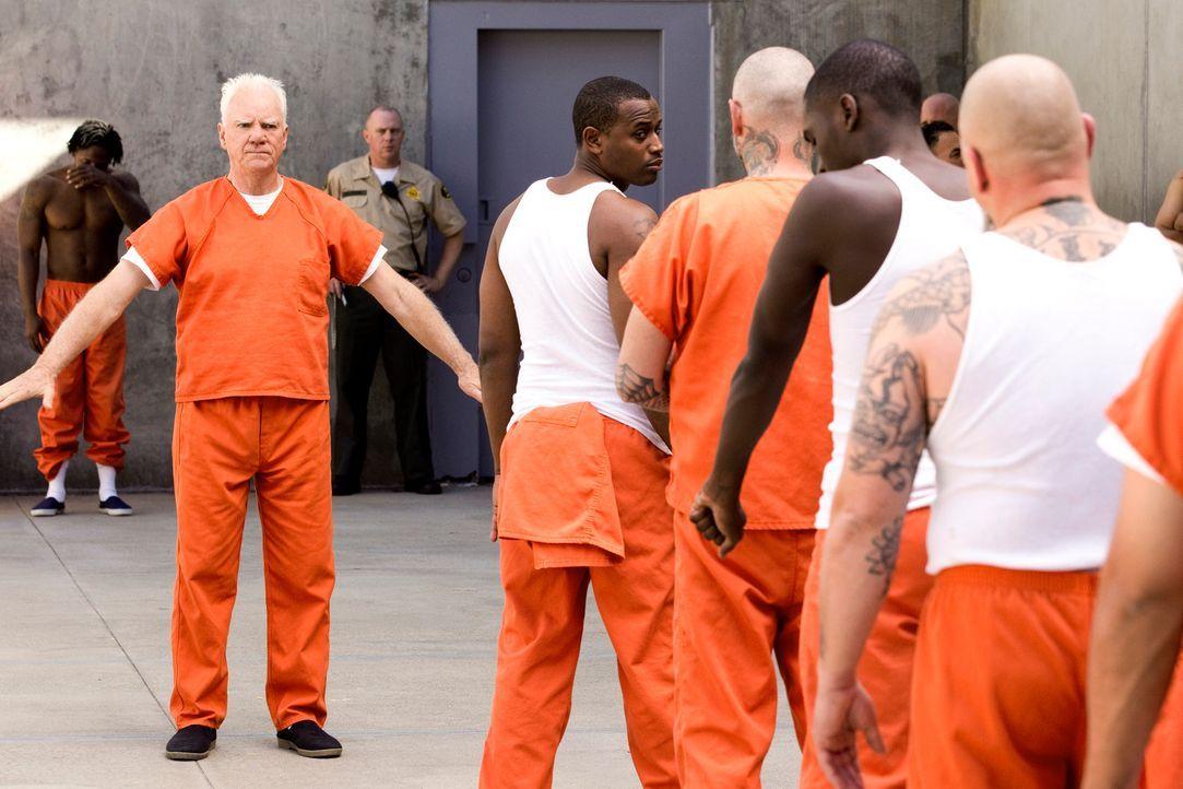 Besuch auf der anderen Seite: Für Stanton Infeld (Malcolm McDowell, l.) ist seine Zeit in der U-Haft eine völlig neue Erfahrung ... - Bildquelle: 2011 Sony Pictures Television Inc. All Rights Reserved.