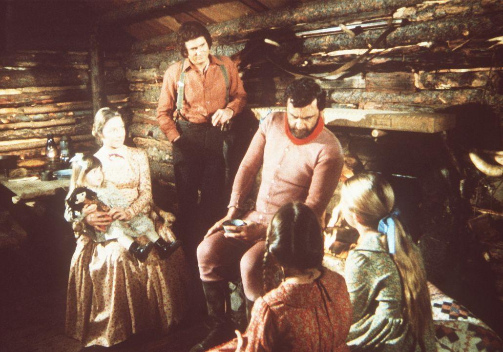 Mr. Edwards (Victor French, M.) hat den Ingalls-Kindern in Vertretung des Weihnachtsmannes Geschenke mitgebracht. - Bildquelle: Worldvision
