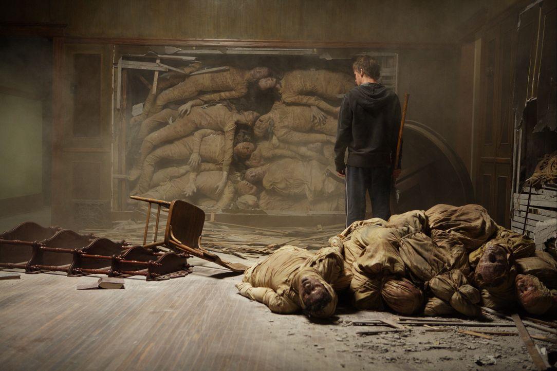 Er spät entdeckt Matt (Kyle Gallner) die in den Wänden eingeschlossenen Toten, die für das dämonische Treiben im Haus verantwortlich sind. Um se... - Bildquelle: Falcom Media