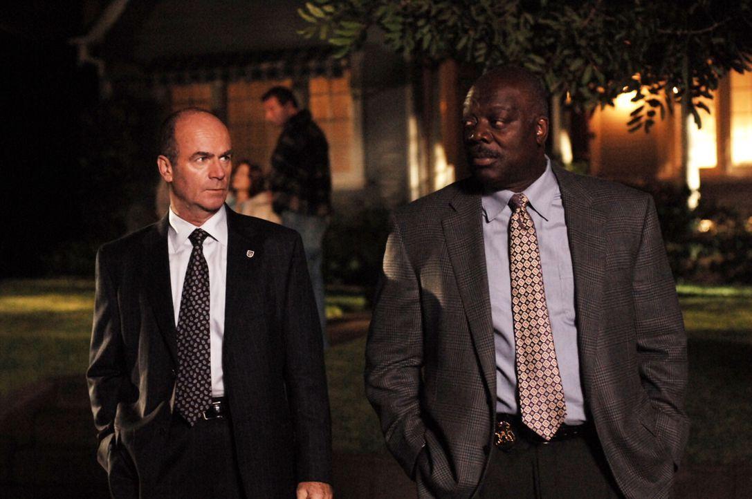 Auf der Suche nach dem wahren Mörder: Lt. John Stillman (John Finn, l.) und Det. Will Jeffries (Thom Barry, r.) - Bildquelle: Warner Bros. Television