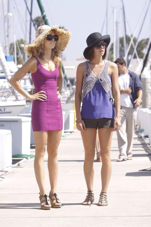 Naomi (AnnaLynne McCord, l.) und Silver (Jessica Stroup, r.) wollen sich die Yacht-Party natürlich nicht entgehen lassen... - Bildquelle: TM &   CBS Studios Inc. All Rights Reserved