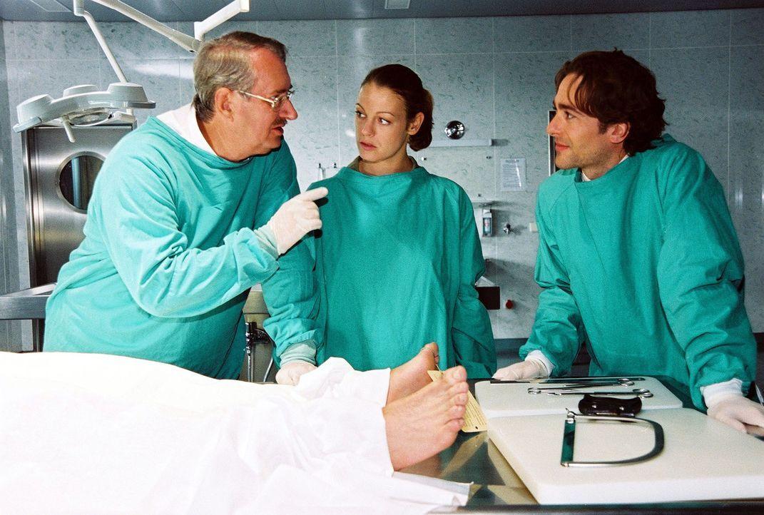 Dr. Graf (Gerhard Zemann, l.) erklärt Niki (Elke Winkens, M.) und Marc (Alexander Pschill, r.) die genaueren Umstände, die zum Tod der jungen Frau führten.