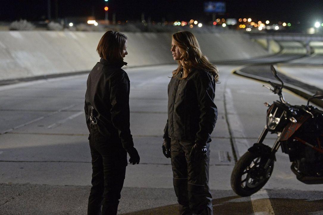 Als Alex (Chyler Leigh, l.) Kara (Melissa Benoist, r.) von einem gefährlichen Vorhaben erzählt, versucht Kara mit allen Mitteln, ihre Schwester davo... - Bildquelle: 2015 Warner Bros. Entertainment, Inc.