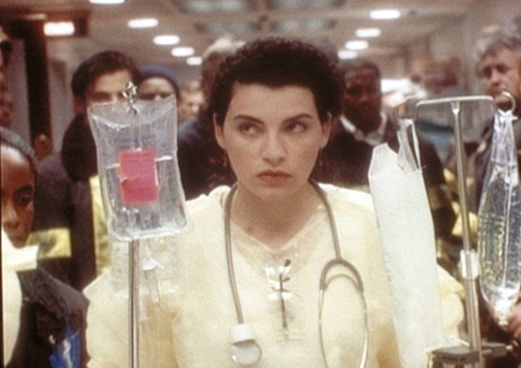 Raul ist tot, und Hathaway (Julianna Margulies) ahnt schon, dass sein Kollege Sheperd sich dafür verantwortlich fühlen wird. - Bildquelle: TM+  WARNER BROS.