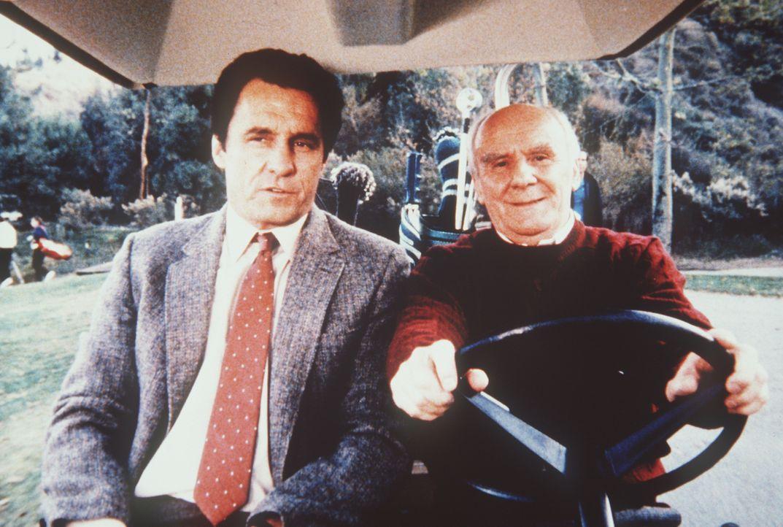 Weathers (Douglas Seale, r.) und Lieutenant Trask (Beau Starr, l.) handeln mit gestohlenen Sicherheitspässen. Ein lukratives Geschäft ...