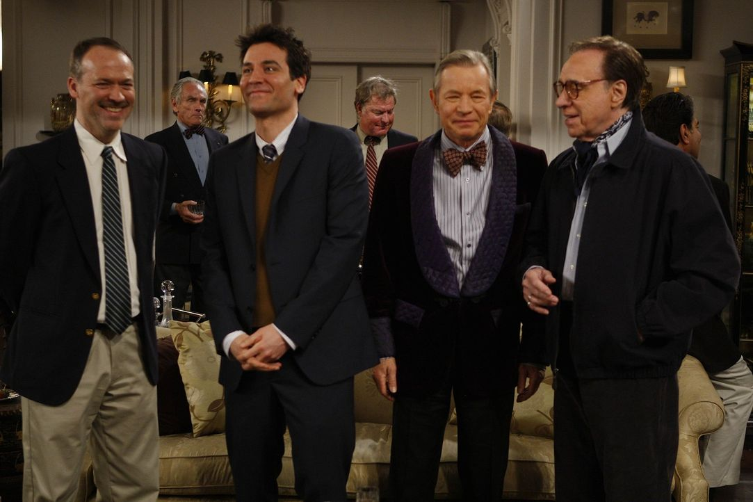 Während sich Ted (Josh Radnor, 2.v.l.) unter Will Shortz (Will Shortz, l.), Michael York (Jefferson Van Smoot, 2.v.r.) und Peter Bogdanovich (Peter... - Bildquelle: 20th Century Fox International Television